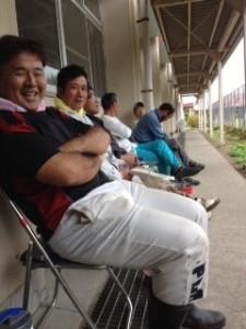 休憩中の画像です。パイプ椅子を並べて笑顔で座っています。