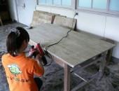 堀内、テーブルをツルツルに磨いてます