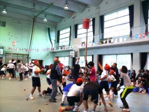 親子競技「玉入れ」赤、白親子で力を合わせて一個でも多く!