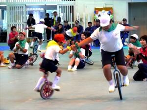 小学生種目「一輪車」1年生と6年生バランスを取り合って