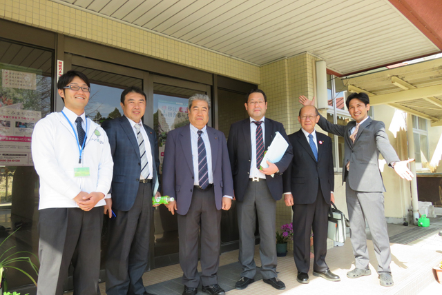 東松山市議会の皆様と写真撮影